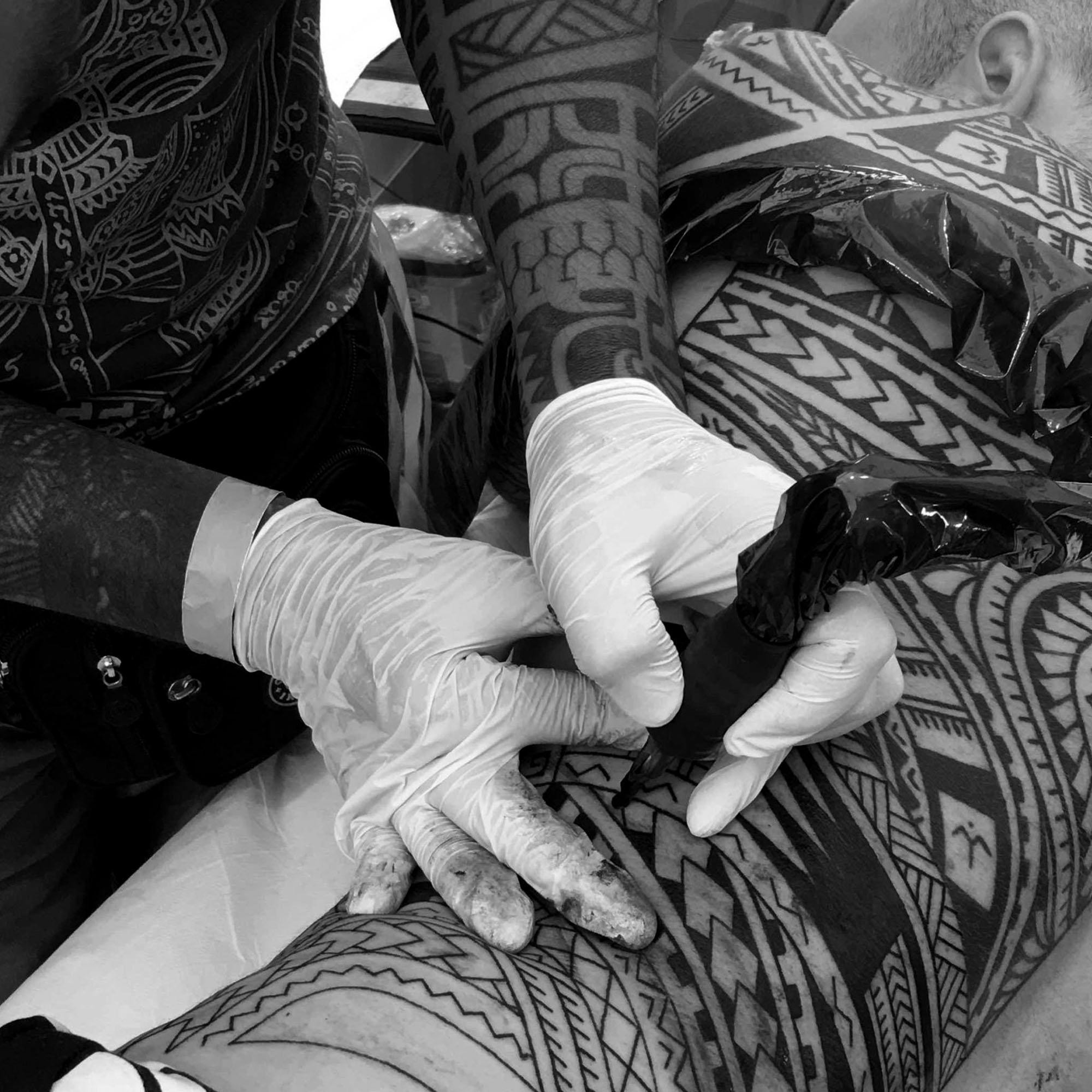 Tribali polinesiani, un tatuatore genovese tra i 10 big d'Europa